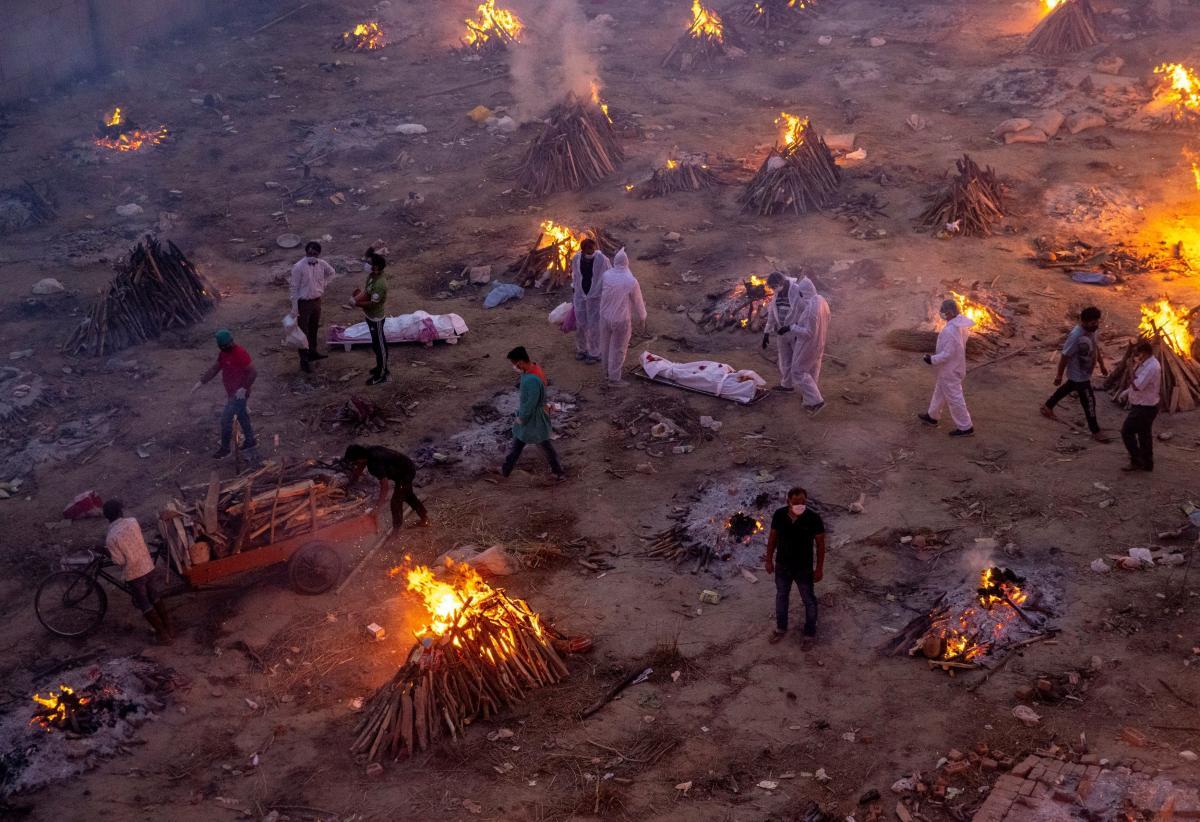 Массовая кремация умерших от коронавируса в Нью-Дели / REUTERS