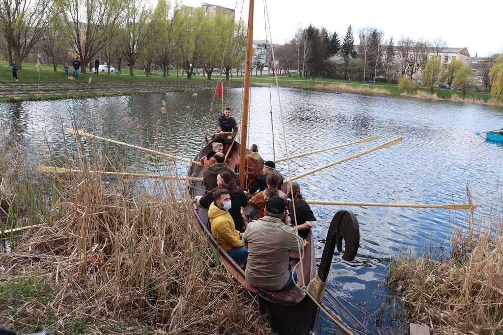Горожанам показали копию скандинавского дракара / фото УНИАН