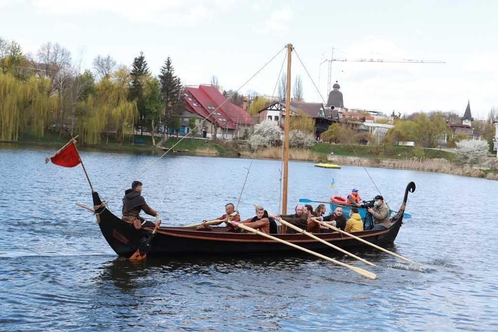 Жителей Черновцовознакомили с копией боевой лодки викингов / фото УНИАН