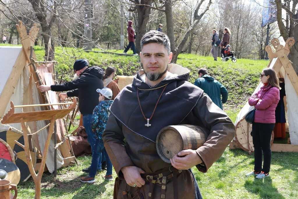 Поклонники исторических исследований одели средневековые доспехи / фото УНИАН
