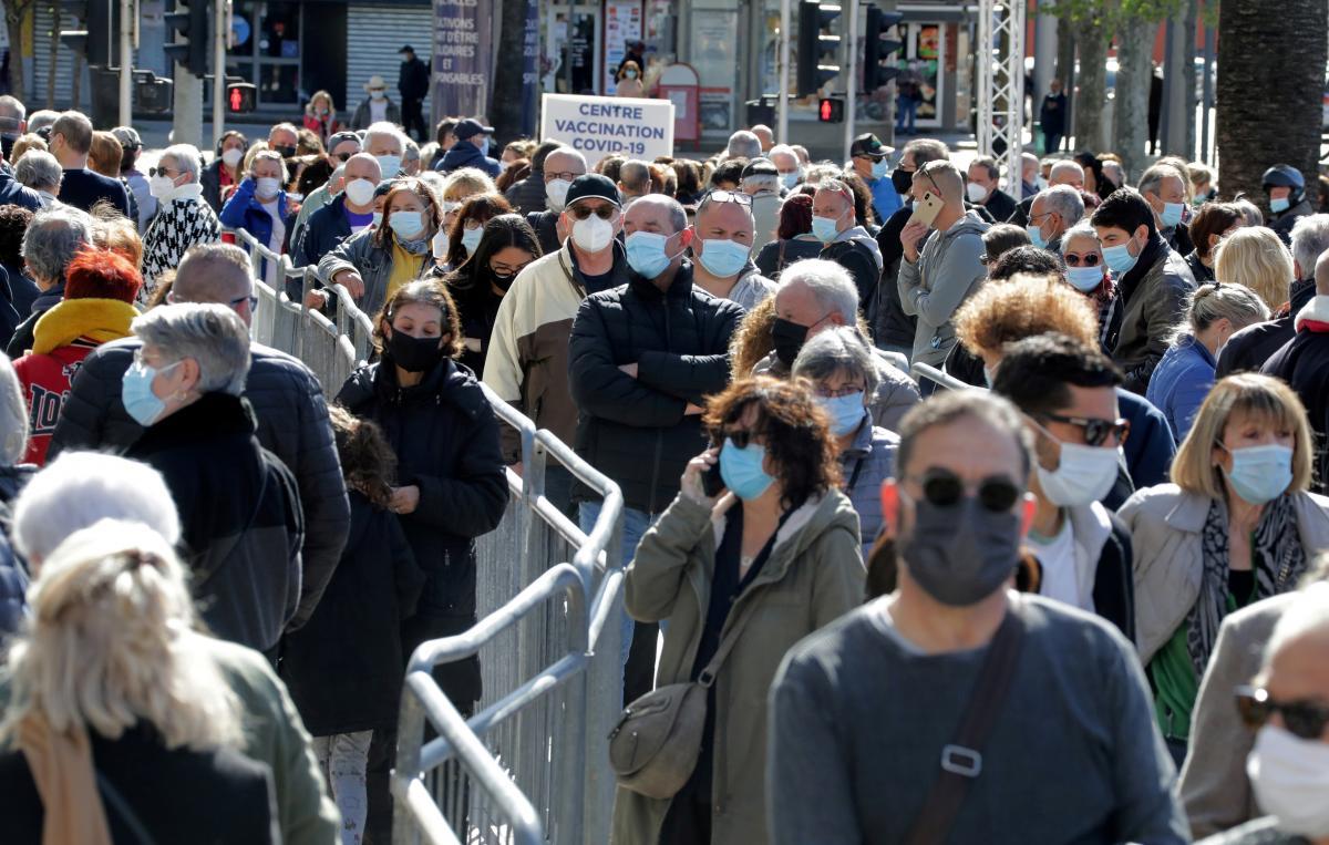 Во Франции обнаружили всего 5 708 350 инфицированных коронавирусом / фото REUTERS