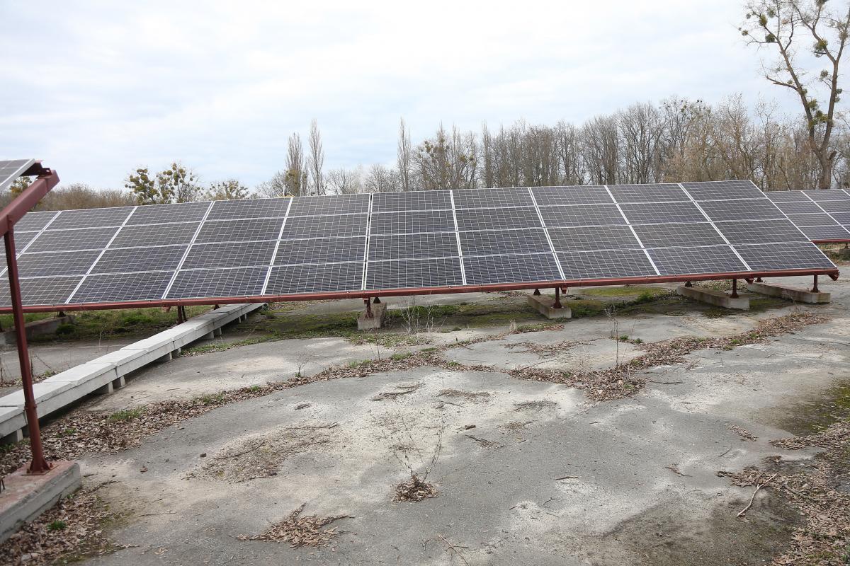 У Замковой горы в Чернобыле еще осенью 2019-го была построена площадка с солнечными батареями, но она не введена в эксплуатацию по сей день / фото УНИАН, Ковальчук Виктор