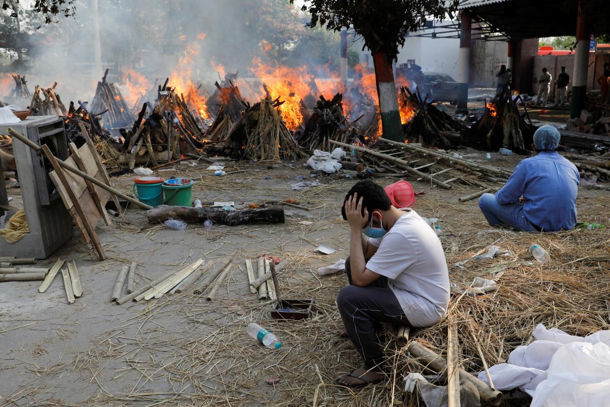 В Индии массово сжигают тела жертв пандемии / REUTERS