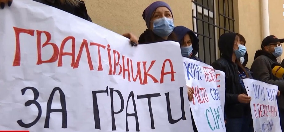 Под здание суда пришли местные жители \ скриншот с видео