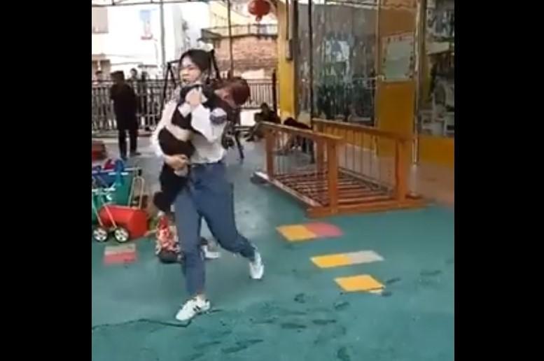 В результате нападения на детский сад в Китае пострадали 18 человек / скриншот