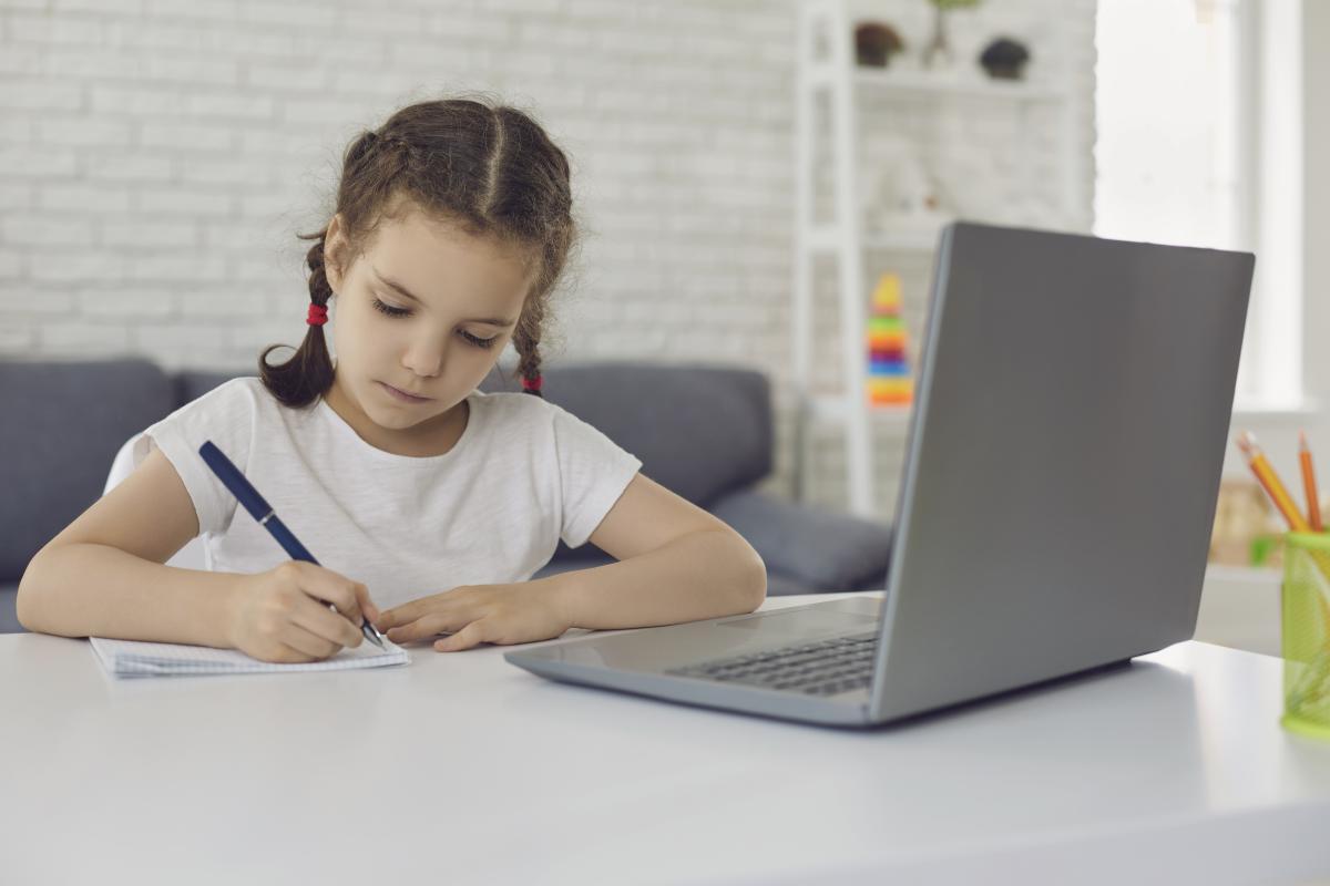 Cпілкування з дитиною в моменті може бути дуже важливим і зайняти більше часу, ніж передбачалося / Фото: ua.depositphotos.com