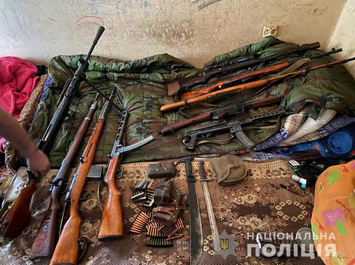 В ході обшуківвилучено великий арсенал зброї та боєприпасів / фото поліція області
