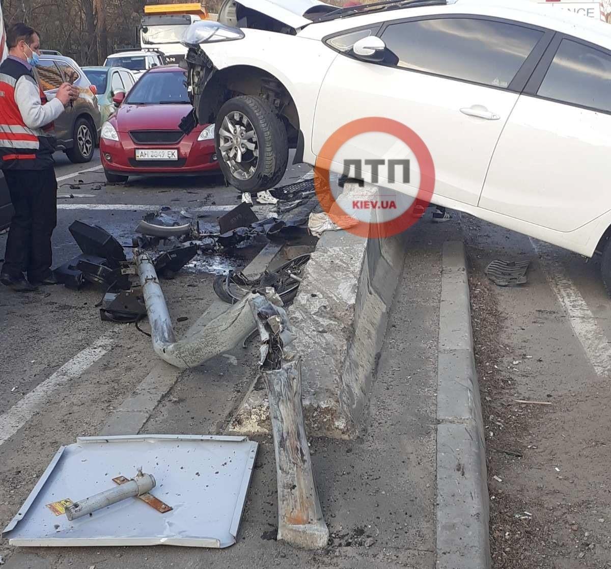 Автомобіль повис на бар'єрній огорожі/ фото dtp.kiev.ua