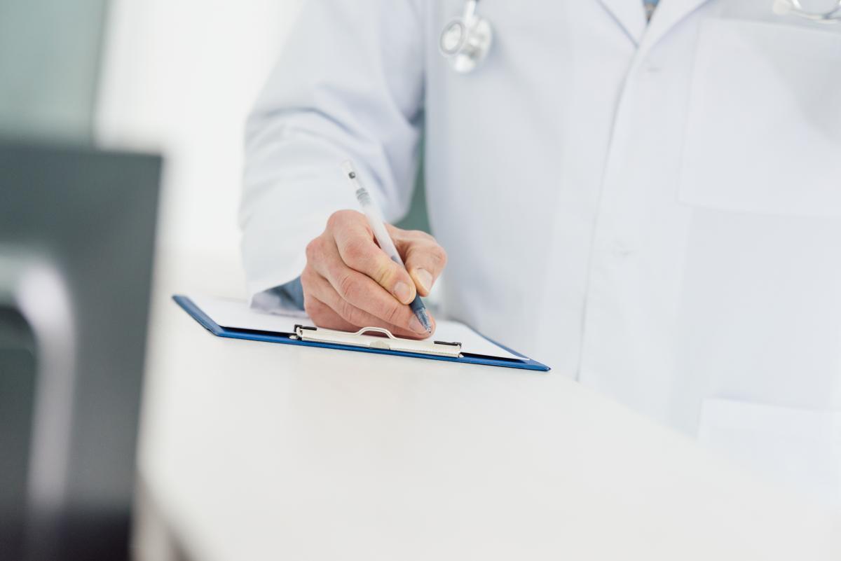 Для получения электронного больничного, как и традиционно бумажного, нужно будет обратиться к своему семейному врачу/ фото ua.depositphotos.com