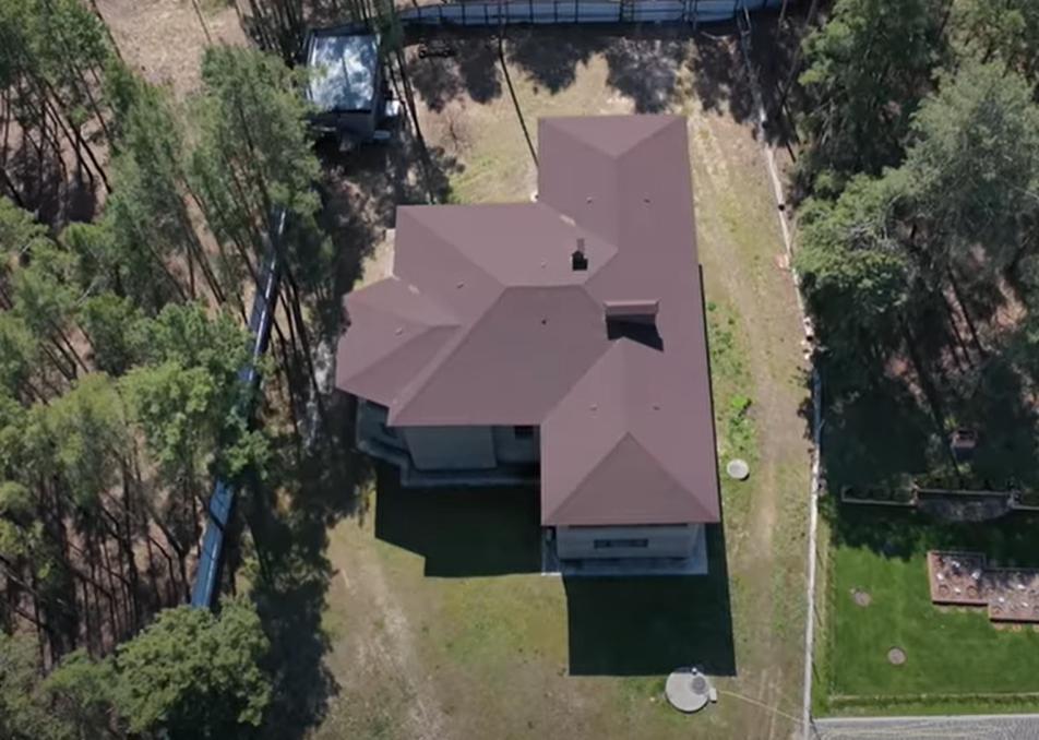 """Будинок Корявченкова / скріншот з відео """"Страни"""""""