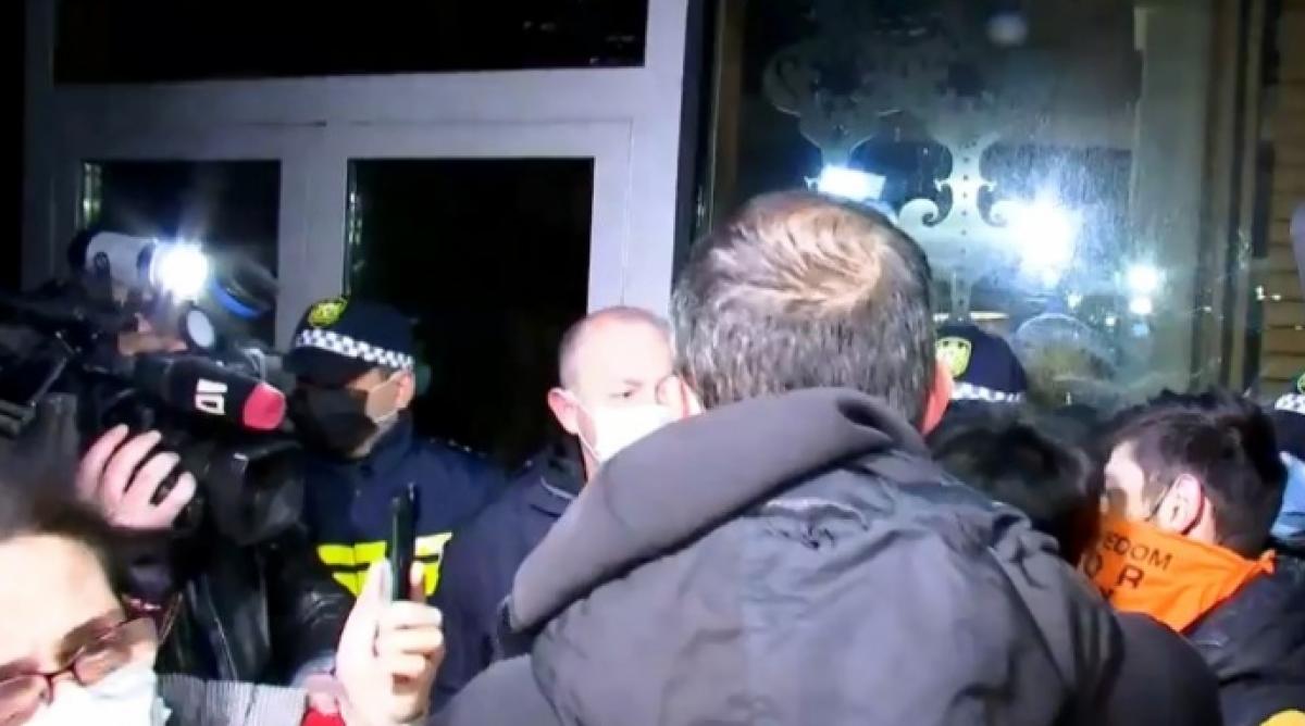 В Грузии прошли столкновения полиции с активистами из-за приезда журналиста Познера