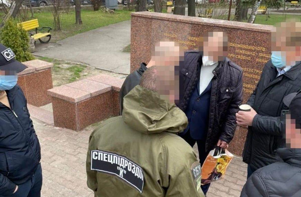 В Черновцах на взятке в 12 тысяч долларов поймали руководителя перинатального центра