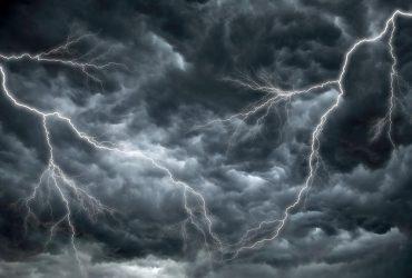 На Киевщину движется непогода: в ближайший час область накроют грозы и град