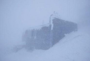 Зима не уходит из Карпат: в горах продолжается мороз, видимости нет (фото)