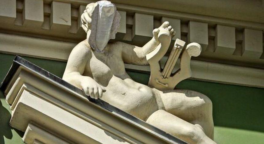 В Одессе у статуи отвалилась часть головы, внутри нашли бутылку (фото)