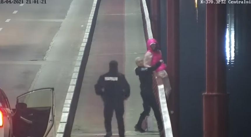 Хотіла стрибнути з мосту: у Дніпрі на відео потрапив порятунок дівчини