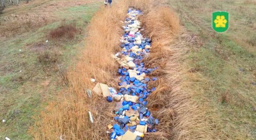 Под Киевом реку забросали мусором и тысячами канистр с химикатами (фото, видео)