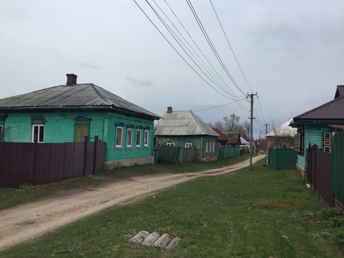 Будинки зазвичай огороджені високим парканом / фото УНІАН
