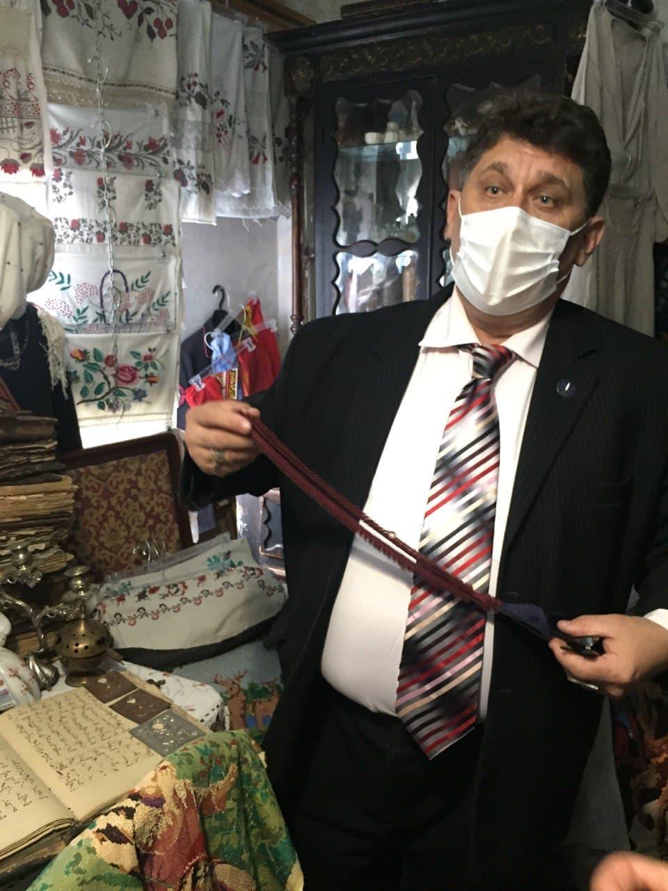 Мешканець Добрянки Сергій Коноваленко зберіг багато реліквій родин старообрядців / фото УНІАН