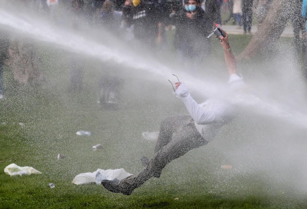 Для разгона нарушителей силовики использовали водометы и слезоточивый газ / фото REUTERS