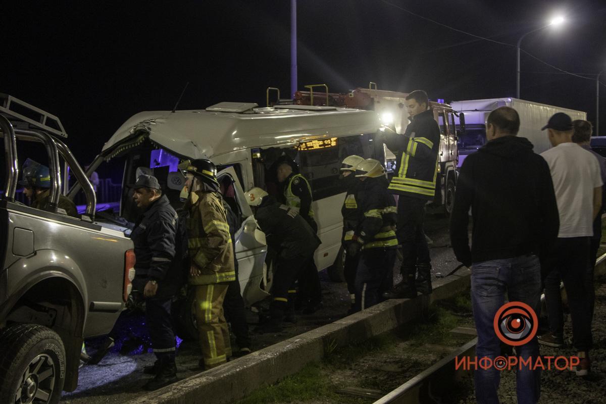 Спасатели возле пострадавшей маршрутки