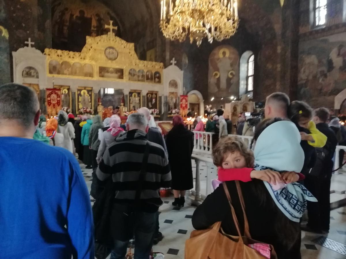 Люди заходили в храм без масок и не соблюдали дистанцию / фото УНИАН