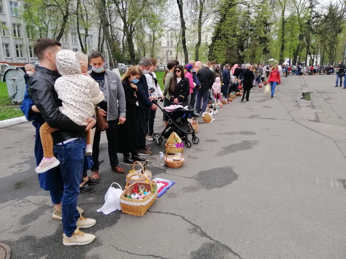 Люди толпились возле храмов, не соблюдая дистанцию/ фото УНИАН