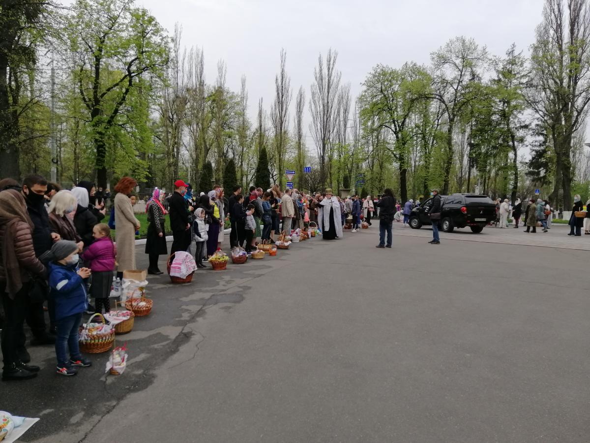 Люди толпились возле храмов / УНИАН