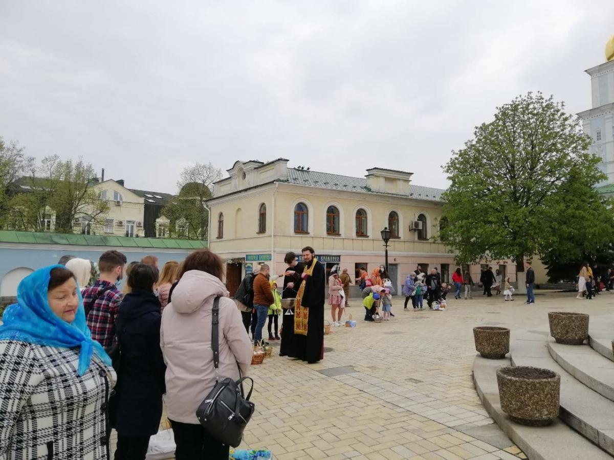 Люди толпились возле храмов / фото УНИАН