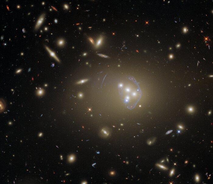 Скупчення галактик Abell 3827 / фото ESA / Hubble & NASA, R. Massey