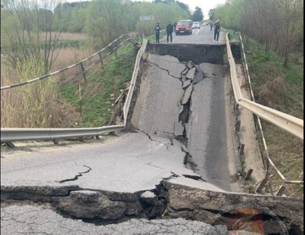 Укравтодор максимально быстро и качественно отстроит мост, который обвалился на Львовщине / фото Варта 1