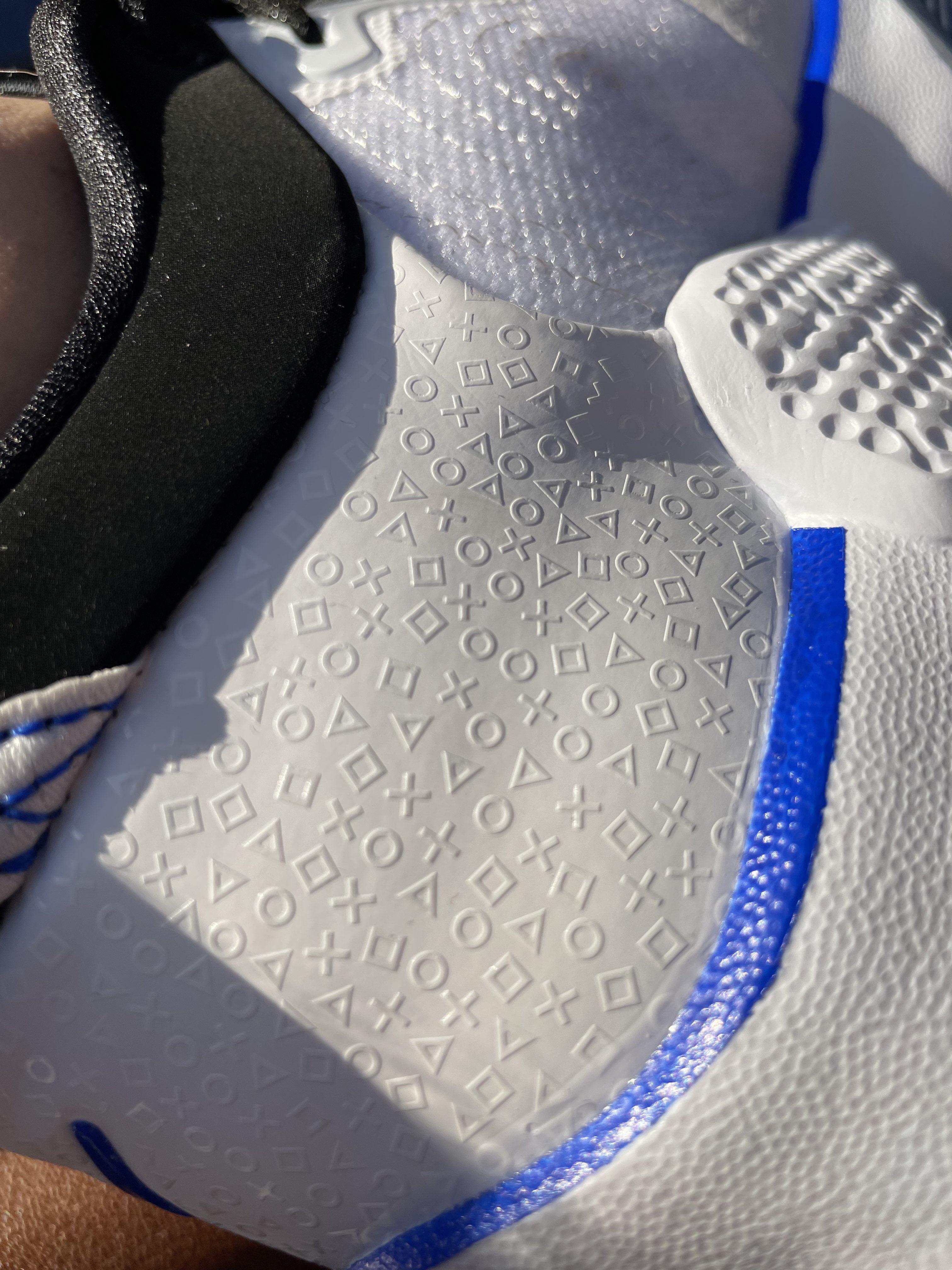Пиктограммы PlayStation на кроссовках/ фото twitter.com/geoffkeighley