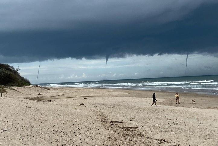 Водяні смерчі було добре видно з узбережжя / Фото Instagram: @oldbarbs
