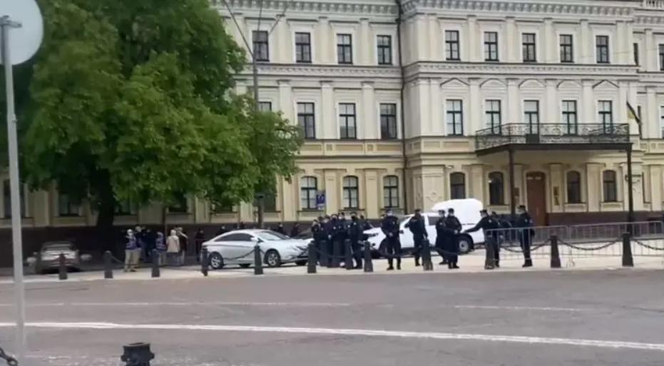Михайловская площадь в Киеве оцеплена/ Страна