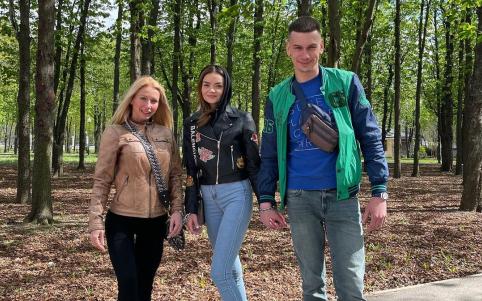 Скута ланцюгом пара закоханих з Харкова перетворилася на тріо / фото instagram.com/wecontacted