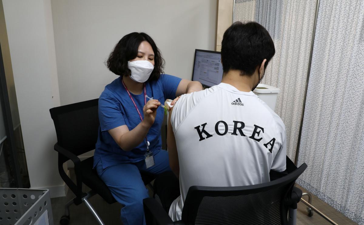 Корейского олимпийцавакцинируют Pfizer / фото REUTERS