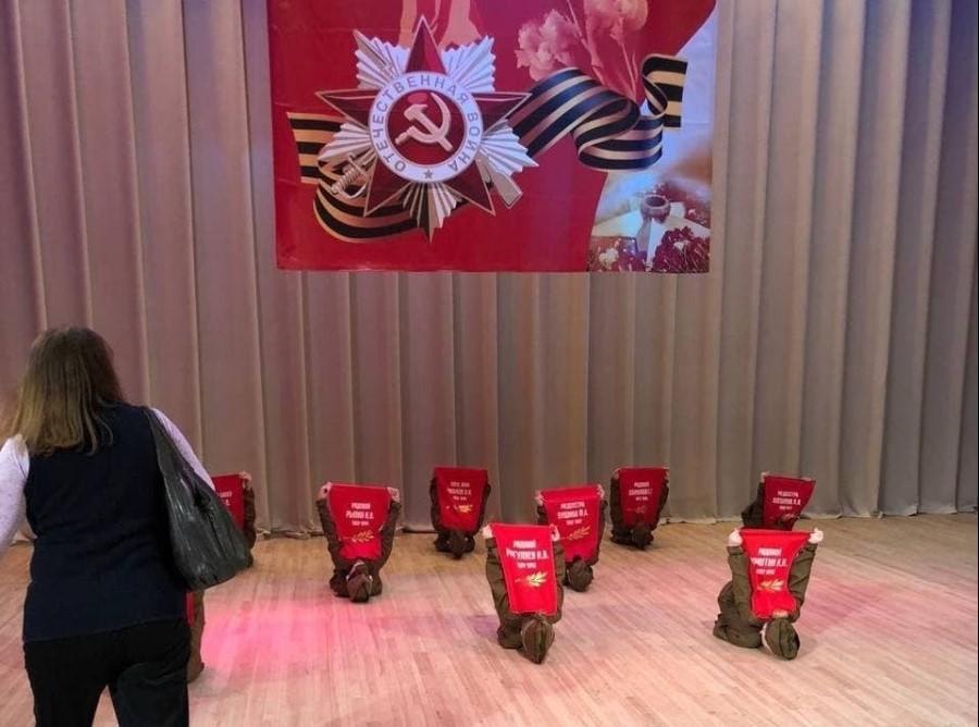 Вистава, за всіма ознаками, проходила в актовому залі школи / фото Рустем Адагамов