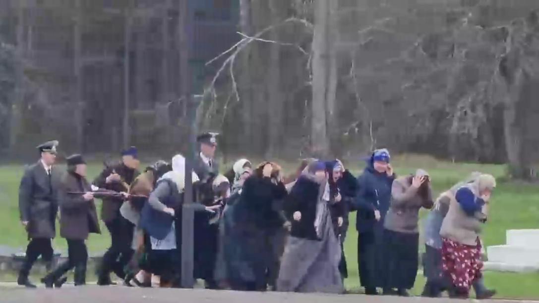 """На відео під крики, німецьку мову і звуки стрілянини люди у формі поліцаїв ведуть жінок на """"страту"""" / скріншот"""