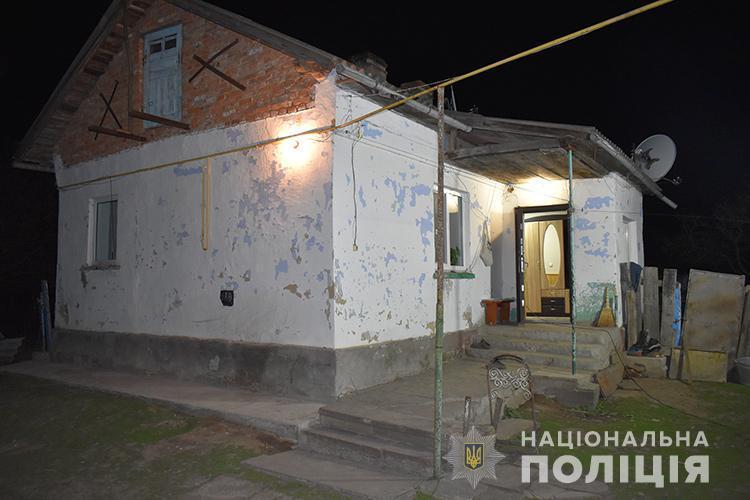 2 мая в селе Глещава участник АТО смертельно ранил ножом одного из нападавших на дом/ фото Нацполіції