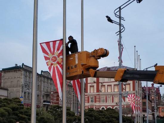 Владивосток ко Дню Победы украсили похожими на символ ВМС Японии флагами / фото Вадим Чухрий / Facebook