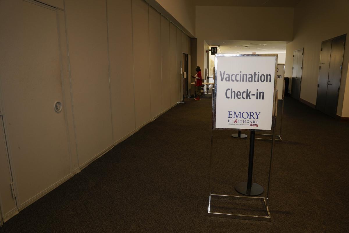 Вакцинам верят не все - среди противников прививкок есть и медики / фото REUTERS