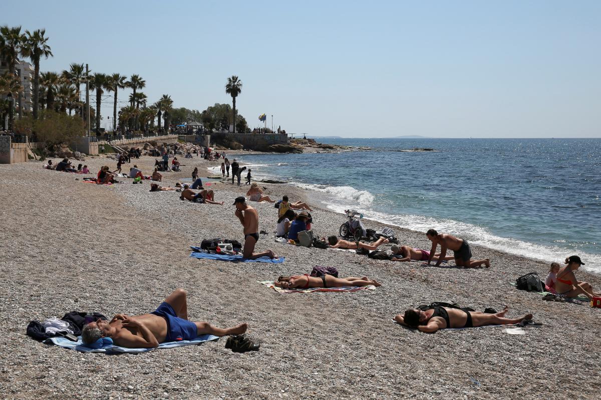 На пляжах у Греції туристи мають дотримуватися протиепідемічних заходів / фото REUTERS