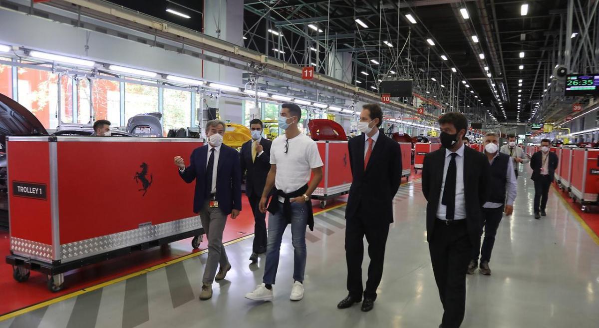 Криштиану Роналду с руководителями Ювентуса на заводе Феррари / фото Ferrari