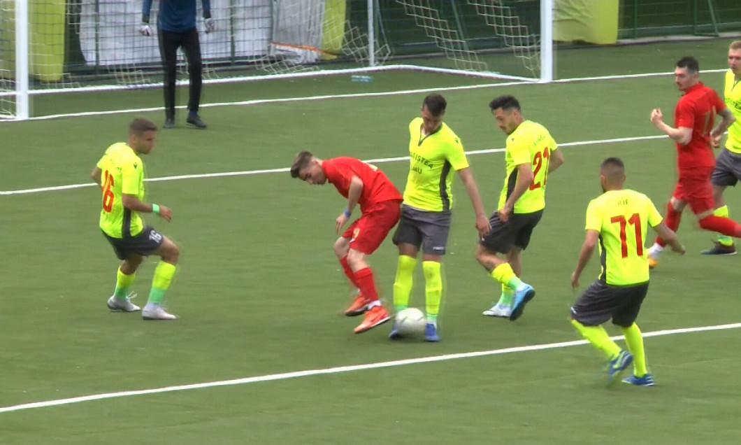 Футболист не устоял на ногах / фрагмент из видео