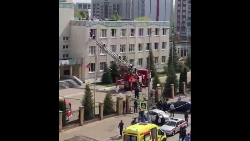 Двое подростков открыли стрельбу в российской школе / скриншот