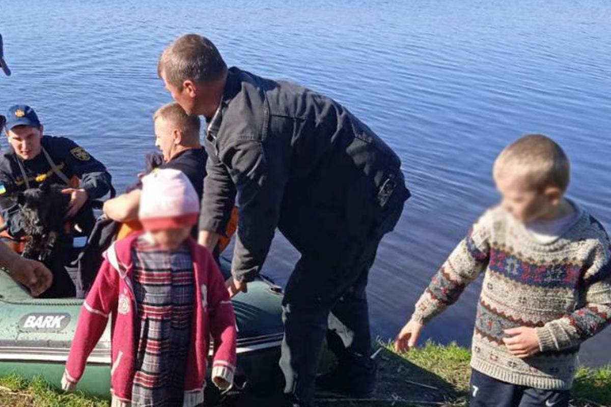 Малышей доставили на берег/ фото ГСЧС
