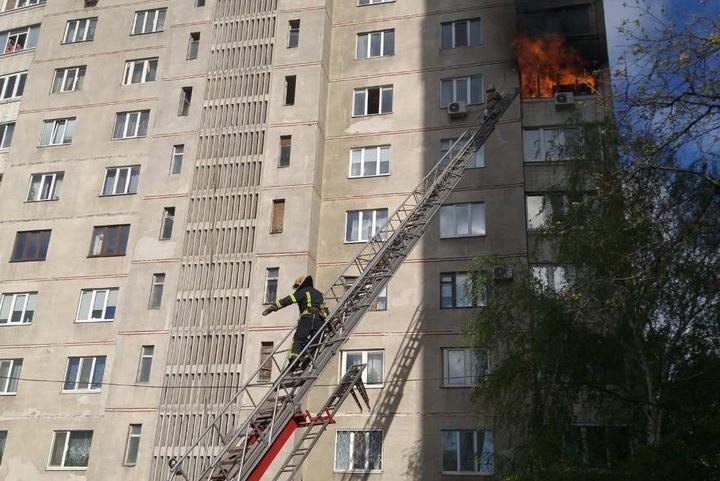 Займання виникло на балконі квартири на сьомому поверсі/ фото ДСНС