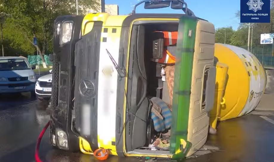 У Києві перекинувся бетонозмішувач / скріншот