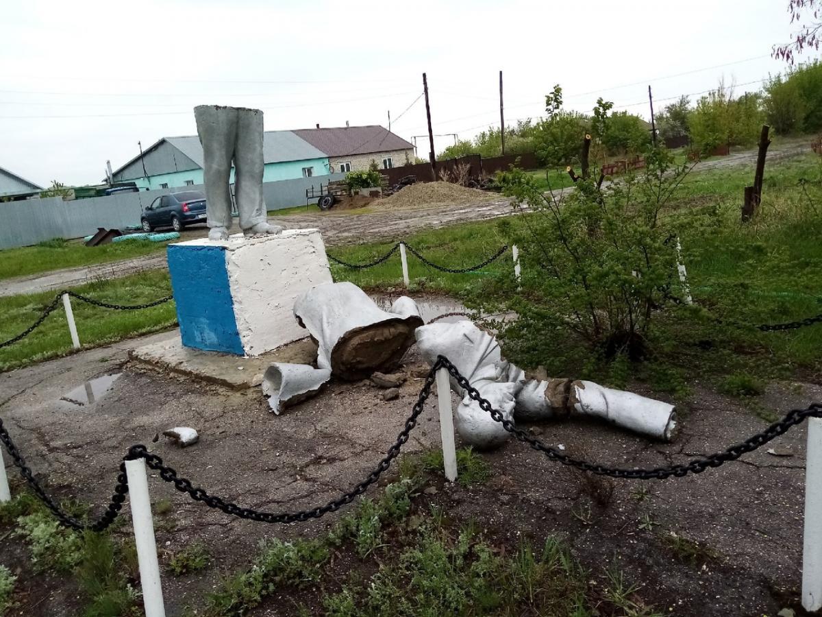 У Росії розвалився на частині пам'ятник Леніну / фото vk.com/sinenkie
