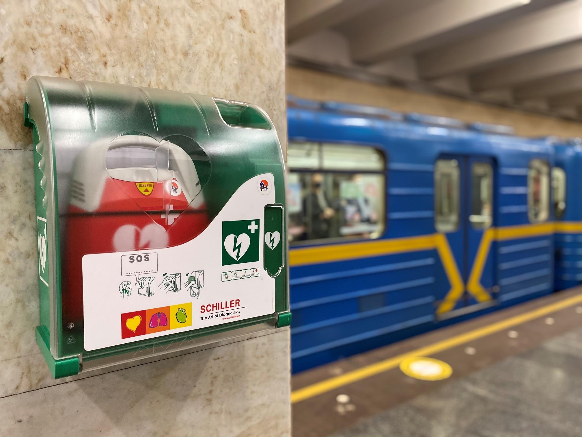 Донедавна дефібрилятори розташовувалися у приміщеннях кас та кімнатах поліції / фото metro.kiev.ua